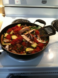 まずは野菜とお肉をフライパンで炒めます