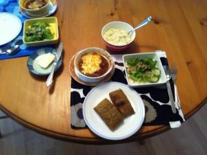 お昼ご飯のラムシチュー、サラダ、マッシュカリフラワー、フラックスシードでフォカッチャ